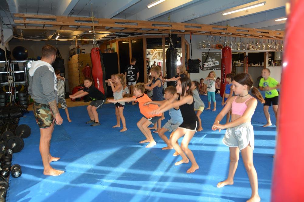 k1gym.ch-kampfsport-kids-kniebeugen.jpg
