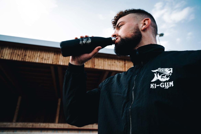k1gym.ch-ueber-uns-produkte-urbantrainer-thermosflasche-drinken.jpg